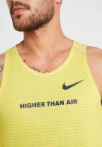 Nike Performance - RISE TANK ARTIST - Funktionströja - chrome yellow/obsidian/reflective silver - 8