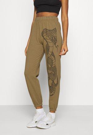 SNAKE JOGGERS - Pantalones deportivos - khaki/green