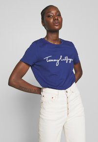 Tommy Hilfiger - CREW NECK GRAPHIC TEE - T-shirts med print - blue ink - 3