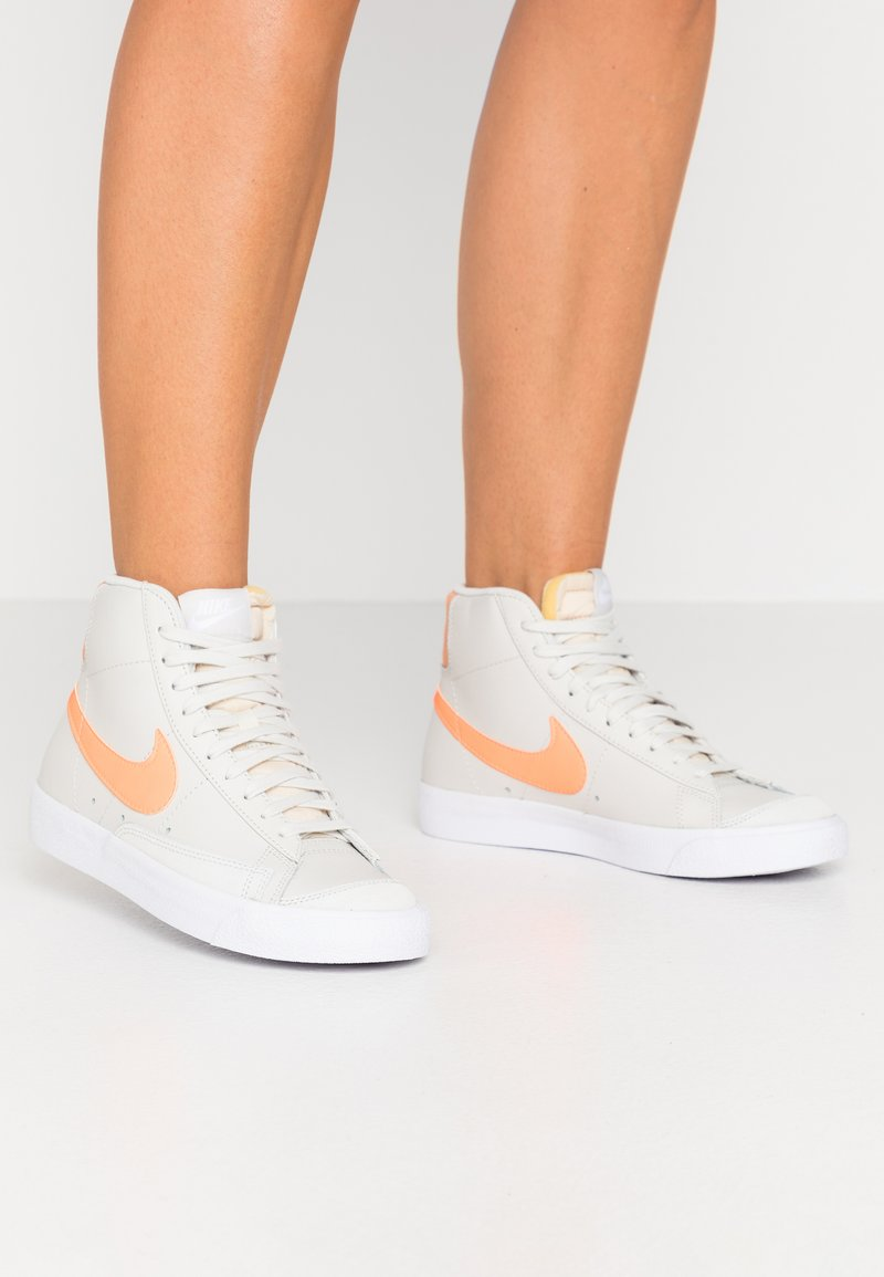 Nike Sportswear - BLAZER  - Korkeavartiset tennarit - light bone/total orange/orange trance/white