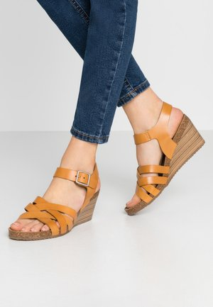 SOLYNA - Sandały na koturnie - jaune safran