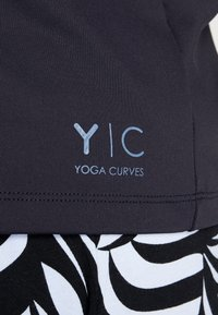 YOGA CURVES - WIDE BODY  - Camiseta estampada - black