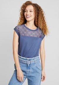ONLY - ONLNICOLE LIFE MIX - T-shirt con stampa - vintage indigo - 0
