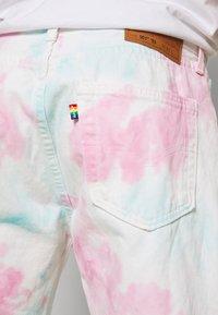 Levi's® - PRIDE 501® '93 SHORTS - Džínové kraťasy - pride faded tie dye - 4