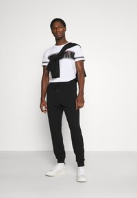 Guess - TEE - T-shirt con stampa - white - 1