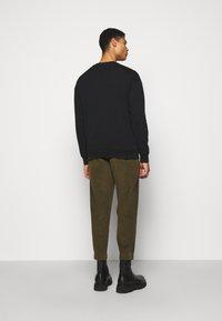 Han Kjøbenhavn - ARTWORK CREW - Sweatshirt - faded black - 2