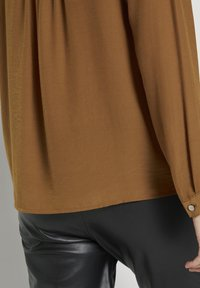 TOM TAILOR - BLOUSE SOLID - Blouse - tawny brown - 4