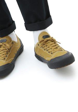 UA Destruct SF - Sneakers basse - dijon/black