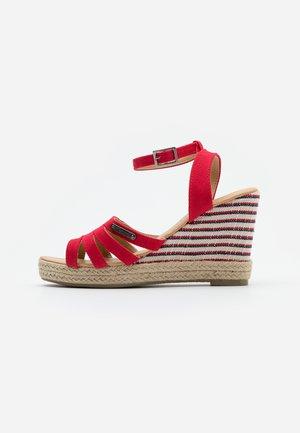 MONTY - Sandały na obcasie - rouge
