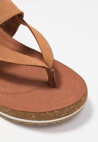 Timberland - MALIBU WAVES THONG - Sandály s odděleným palcem - rust - 2
