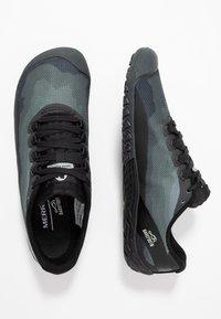 Merrell - VAPOR GLOVE 4 - Minimalist running shoes - black - 1