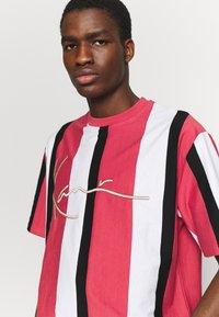 Karl Kani - UNISEX SIGNATURE STRIPE TEE - Print T-shirt - red - 5
