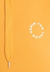 TOM TAILOR DENIM - BOLD WORDING HOODY - Sweatshirt - golden amber - 2