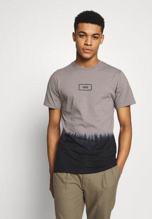 DIP DYED  - T-shirt med print - black