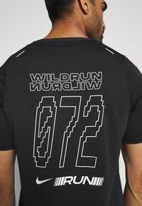 Nike Performance - RISE - Print T-shirt - black/sail - 3