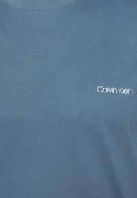 Calvin Klein - CHEST LOGO - T-shirt - bas - blue - 5