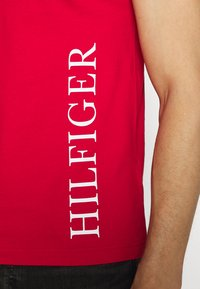 Tommy Hilfiger - SMALL LOGO TEE - Printtipaita - red - 5