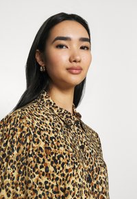 Colourful Rebel - KERA LEOPARD SHIRT DRESS BROWN - Blousejurk - brown - 3