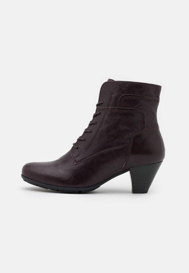 Šněrovací kotníkové boty - chianti