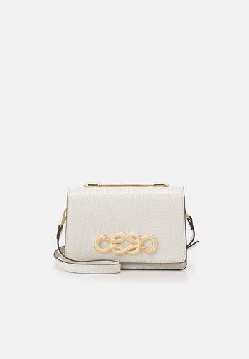 SPRIMONT - Bolso de mano - bright white/gold-coloured