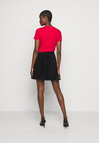 Versace Jeans Couture - LADY SKIRT - Pleated skirt - black/carmin - 2
