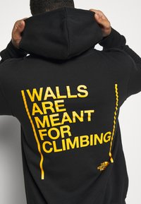 The North Face - WALLS ARE MEANT FOR CLIMBING - Mikina s kapucí - black - 5