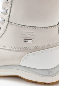 UGG - ADIRONDACK III FLUFF - Zimní obuv - white - 2