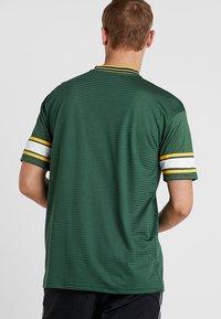 New Era - NFL GREEN BAY PACKERS OVERSIZED LOGO TEE - Klubové oblečení - green - 2