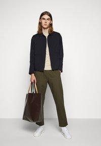Folk - DRAWCORD ASSEMBLY PANT - Kalhoty - olive - 1