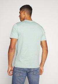 Calvin Klein - FRONT LOGO - T-shirt z nadrukiem - green - 2