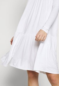 Missguided Tall - TIERED SMOCK DRESS - Žerzejové šaty - white - 5