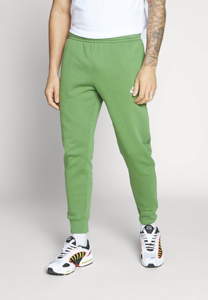 Nike Sportswear - CLUB - Tracksuit bottoms - treeline