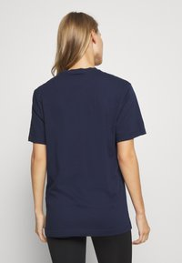 Reebok - LINEAR READ TEE - Print T-shirt - dark blue - 2