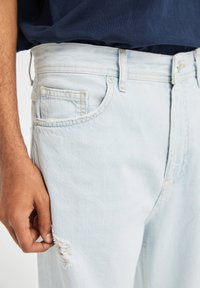 PULL&BEAR - JEANS IM RELAXED-FIT - Slim fit jeans - light-blue denim - 4