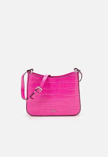 CROSSBODY CARAMEL S - Across body bag - pink