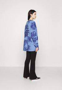 BDG Urban Outfitters - TIE DYE FLOWER - Long sleeved top - blue - 2