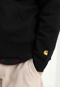 Carhartt WIP - HOODED CHASE - Luvtröja - black/gold - 4