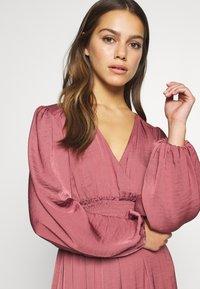 Forever New Petite - SHIRRED DRESS - Sukienka letnia - burnt berry - 3