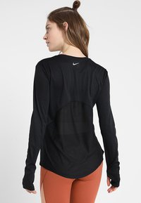 Nike Performance - MILER - Funktionsshirt - black/reflective silver - 2