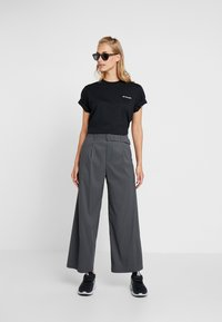 Columbia - NORTH CASCADES TEE - Print T-shirt - black/raw honey/fathom blue box - 1
