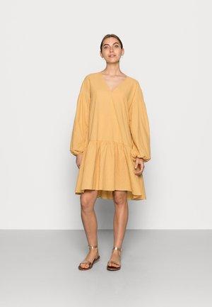 MIRA - Denní šaty - golden hour
