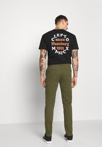 Nudie Jeans - EASY ALVIN - Chino kalhoty - green - 2