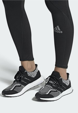 ULTRABOOST 5.0   - Sneakers laag - black