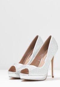 Dorothy Perkins - GIFTIE ALL OVER COURT SHOE - Høye hæler med åpen front - silver - 4