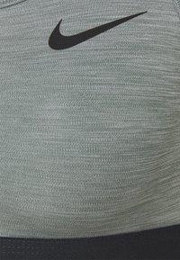 Nike Performance - BAND BRA NON PAD - Sport-BH mit mittlerer Stützkraft - smoke grey/pure/black - 5