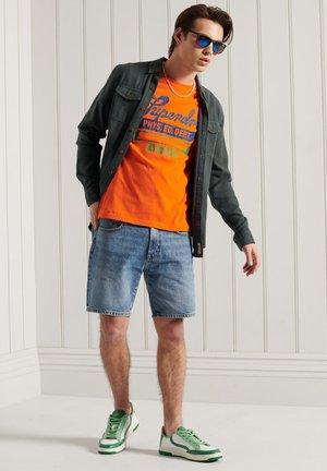 COLLEGIATE GRAPHIC STANDARD WEIGHT  - T-shirt med print - denver orange
