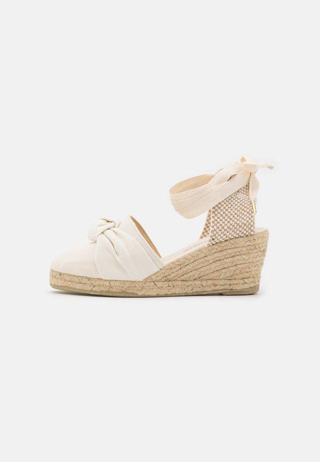 KNOT VEGAN - Korkeakorkoiset sandaalit - beige
