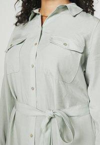 Forever New Curve - CARLIE CURVE MIDI SHIRT DRESS - Shirt dress - soft sage - 4