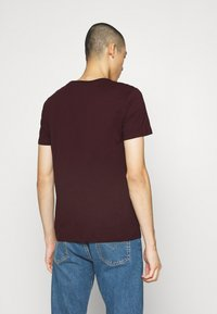 Burton Menswear London - SHORT SLEEVE CREW 3 PACK - Basic T-shirt - bordeaux/white - 3