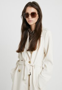 Alexander McQueen - Sunglasses - gold-coloured/brown - 1